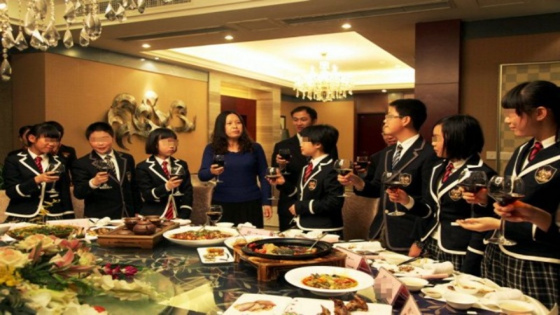 chengdu-high-school-hosts-top-student-dinner-with-principal-11-560x373